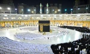 """(صور) بعد عام ونصف.. المسلمون يؤدون أول صلاة """"دون تباعد"""" بالمسجد الحرام"""