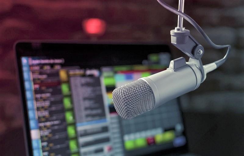 الشروع في بث برنامج إذاعي لتعلم اللغة الإنجليزية على أمواج الإذاعة الوطنية