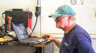Trainer uses a computer to create the designs he will then cut into metal. (Mark Sandlin / Alabama NewsCenter)