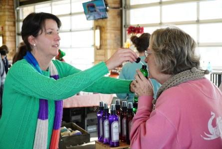 Tonya Moran assists a customer at Tuscaloosa River Market. (Mark Sandlin / Alabama NewsCenter)