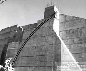 Construction of Weiss Dam spillway gate, 1960. (Alabama Power Company Archives)