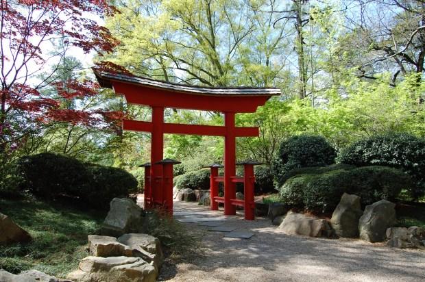 Entrance to the Japanese Gardens at the Birmingham Botanical Gardens, 2009. (Offworlder, Wikipedia)
