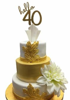 Davis adds special flourishes to a 40th birthday cake. (CakEffect)