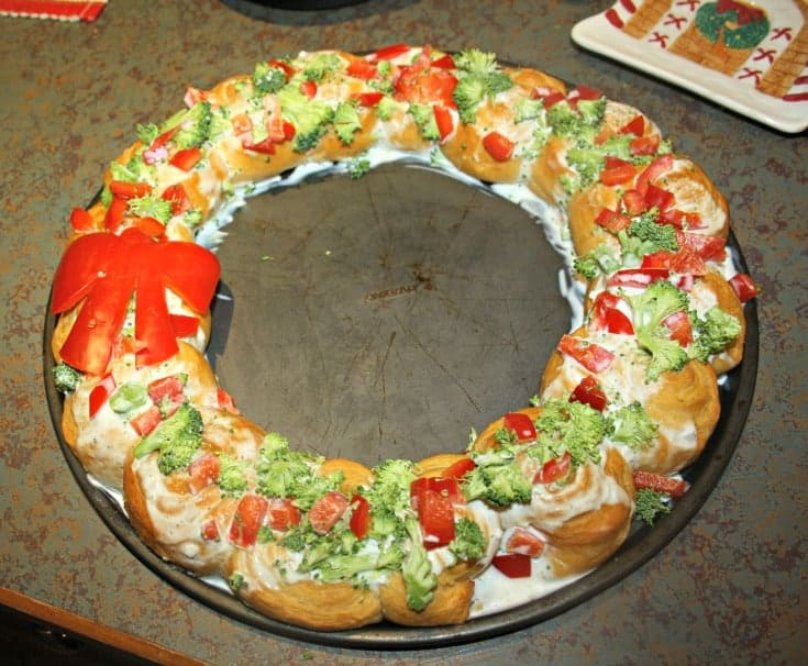 Croissant wreath with red peppers and broccoli and dip