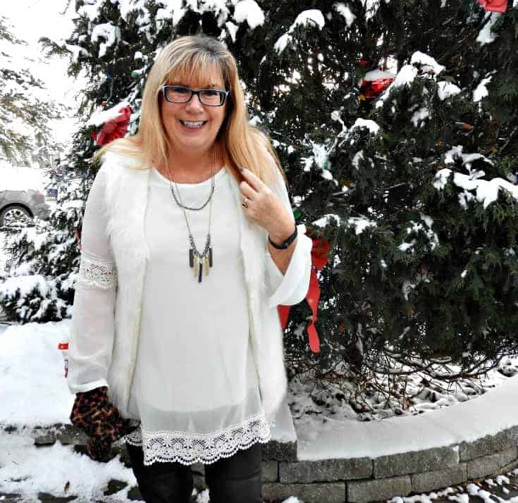 Tunic and white fur vest with a 7 charming sisters necklace
