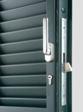 Particolare della serratura con chiusura centrale e della guarnizione perimetrale antirumore.