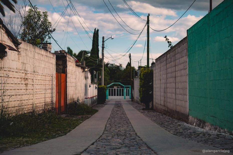 Pequeño y colorido callejón en Actopan, Hidalgo.