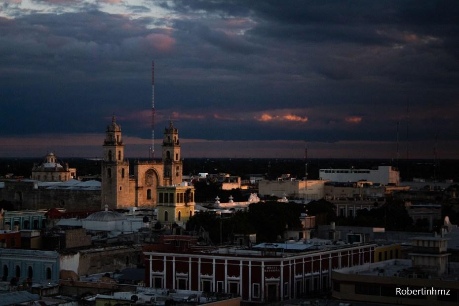 Vista de atardecer desde lo alto en Mérida, Yucatán.