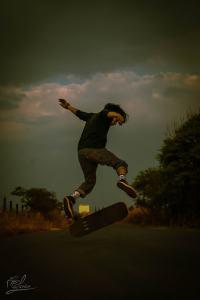 Plano entero de un skater realizando una acrobacia.