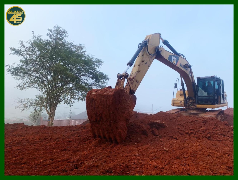 Escavadeira executando serviço em obra.
