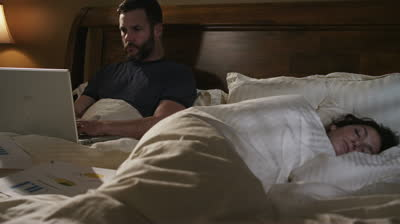 man_woman_in_bed_with_laptop