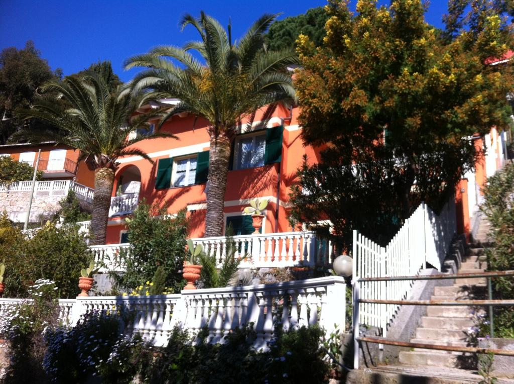 Villa indipendente disposta su tre livelli con ingressi autonomi terrazzi porticato giardino