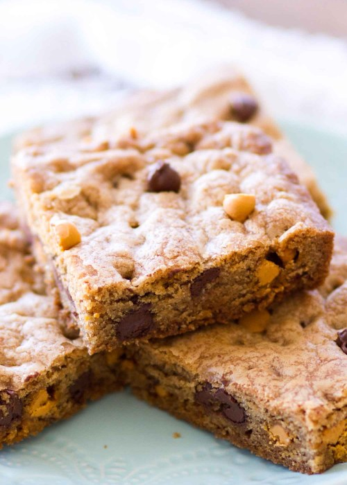 These Chocolate Chip Butterscotch Cookie Bars are a cross between a chewy chocolate chip cookie recipe and a chewy butterscotch blondie recipe. This easy butterscotch chocolate chip cookie bar recipe comes together in just one bowl! This is an easy dessert recipe perfect for chocolate and butterscotch lovers! how to make butterscotch blondies, chewy chocolate chip cookies, the best chocolate chip cookies