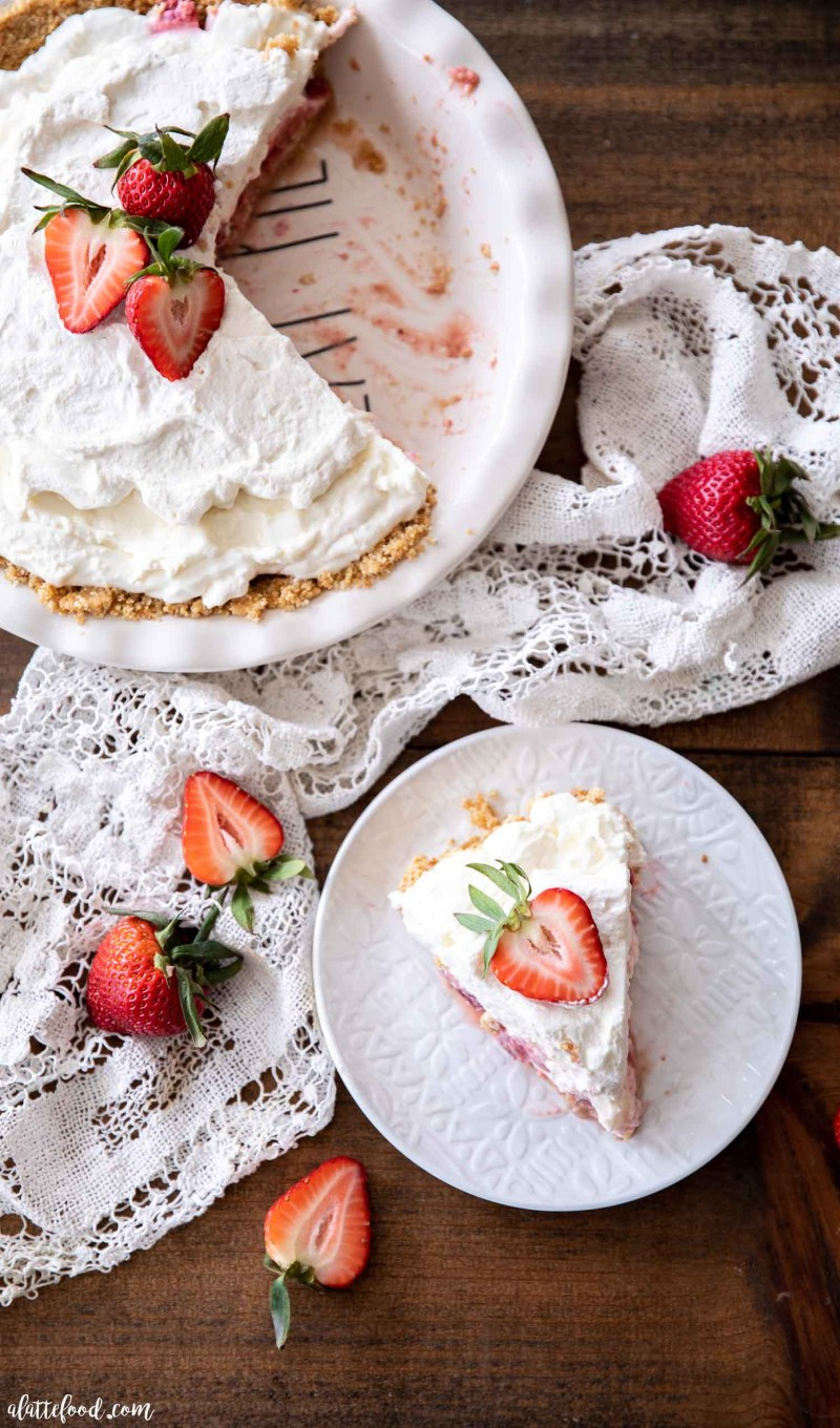 Easy strawberry pie with marshmallow in white pie plate