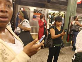 New York metrosunda cep telefonu devri