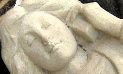 Hollanda'da telefonla konuşan melek heykeli olay oldu