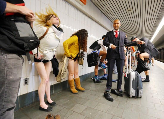Metroda Pantolonsuz Yolculuk