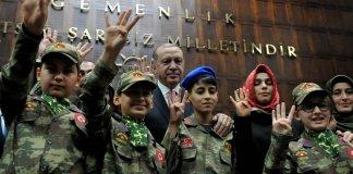 Erdogan Asker Kiyafeti Giyen Cocuklar