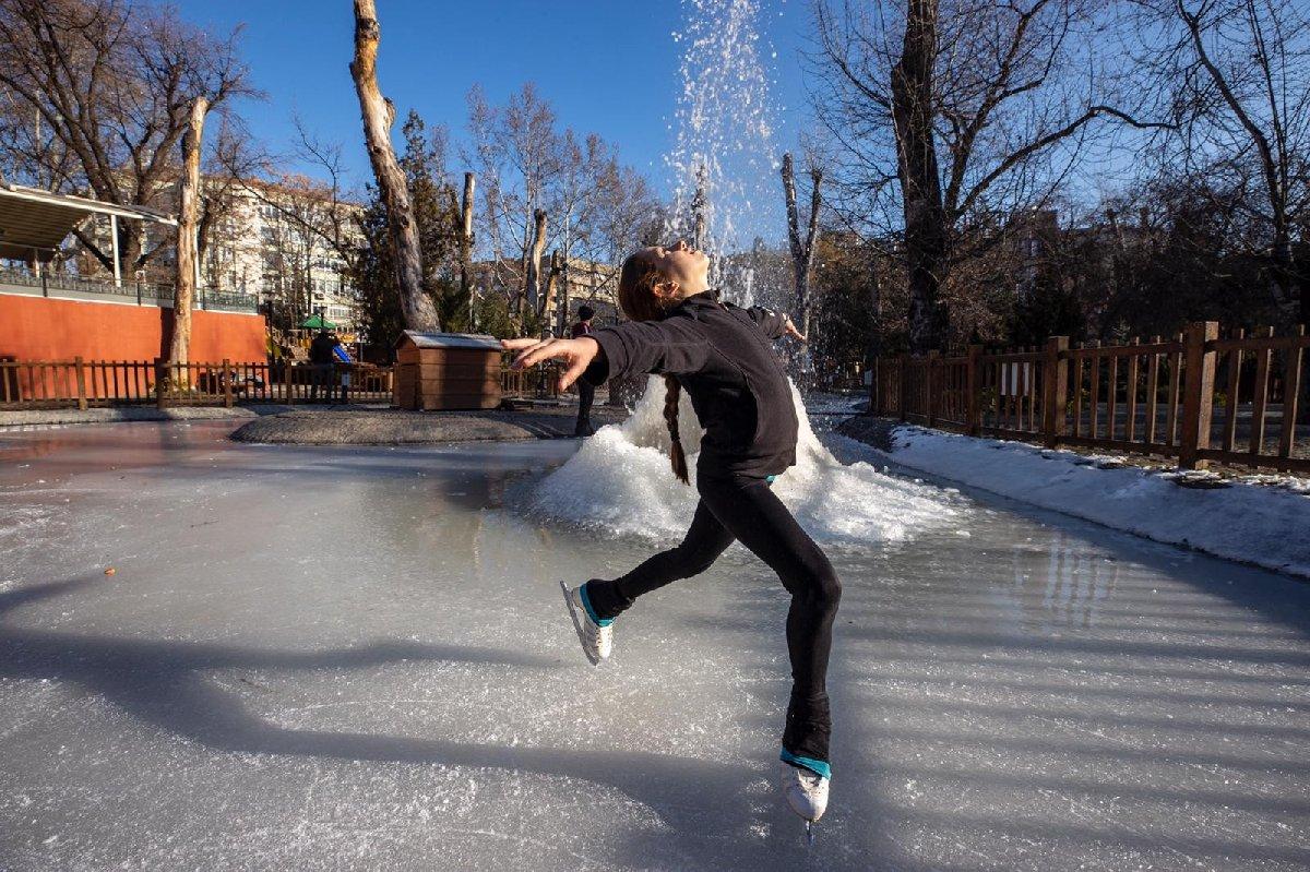 Ankara'nın simgesi Kuğulu Park buz pateni sporcularına pist oldu