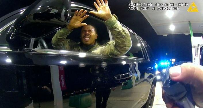 Beyaz polisin siyah yurttaş cinayetlerinin devam ettiği ABD'de siyah teğmene biber gazı sıkan polis kovuldu