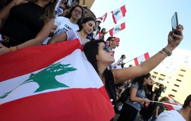 Photo of جميلات وحسناوات ثورة لبنان.. يفجرن وجدلاً واسعاً في السعودية عبر صحيفة عكاظ