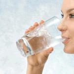 تجربتي مع شرب لترين من الماء يوميا بالملاحظات