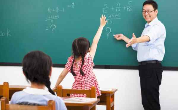 تفسير رؤية المعلم في المنام للعزباء والمتزوجة والحامل