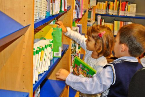 6-bimbi albanesi ai scafali dei libri