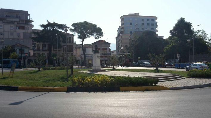 Statua Dedicata Ad Avni Rustemi, Il Cui Nome Porta La Piazza, Dove Si Estende Il Pazar I Ri Il Nuovo Bazar