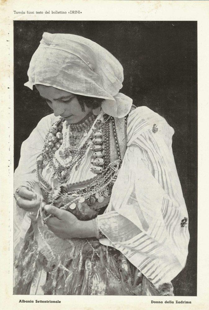 Un Inserto Fotografico Del Numero 3 Della Rivista, Pubblicato Il Primo Maggio Del 1941. L'immagine Raffigura Una Donna In Abiti Tipici Nel Nord Dell'Albania