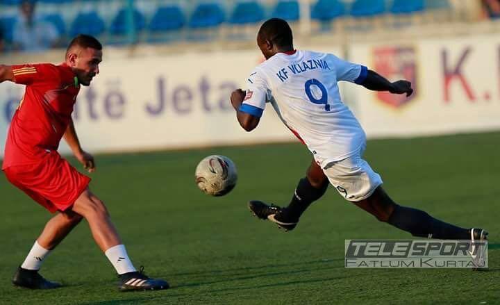 Charles Atsina in azione con la maglia del Vllaznia