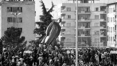 Crollo della statua del dittatore Enver Hoxha a Tirana