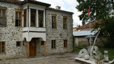 La prima scuola in lingua albanese fu aperta il 7 marzo del 1887, durante l'occupazione ottomana e fu fondata da un gruppo di patrioti albanesi del risorgimento nazionale.