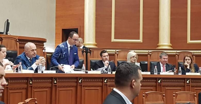 Albania: caos in parlamento. Sacchetti di farina e bottiglie d'acqua contro Edi Rama. Espulsi 3 deputati dell'opposizione