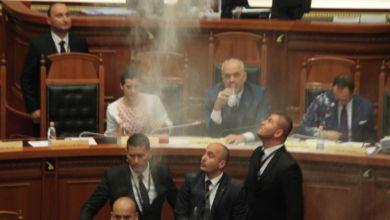 Rama 2 Albania: caos in parlamento. Sacchetti di farina e bottiglie d'acqua contro Edi Rama. Espulsi 3 deputati dell'opposizione