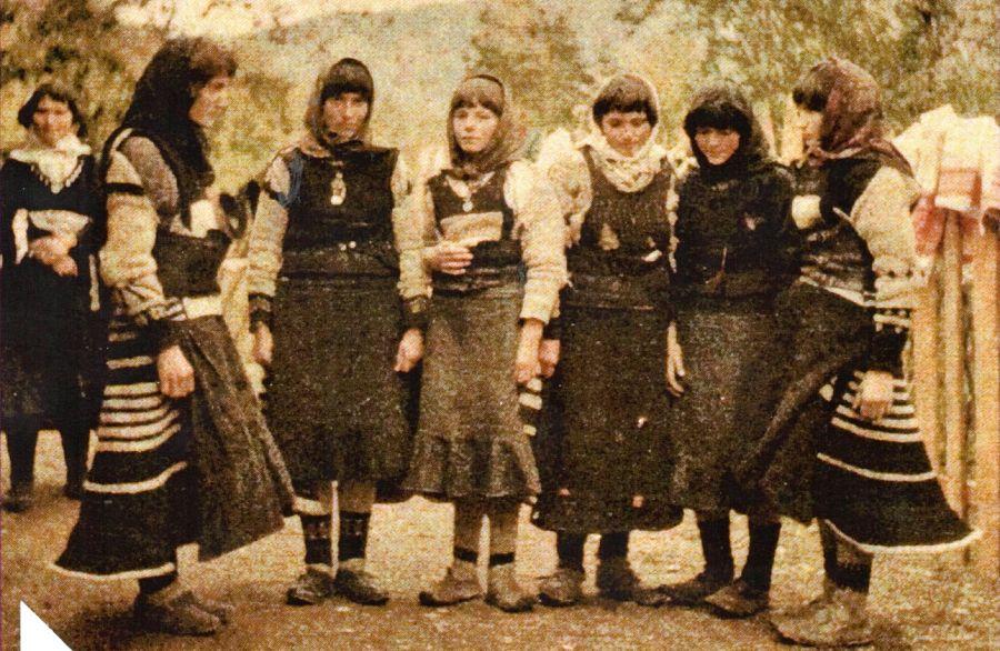 Foto di copertina: gruppo di donne albanesi dalla regione di Malësia e Madhe.