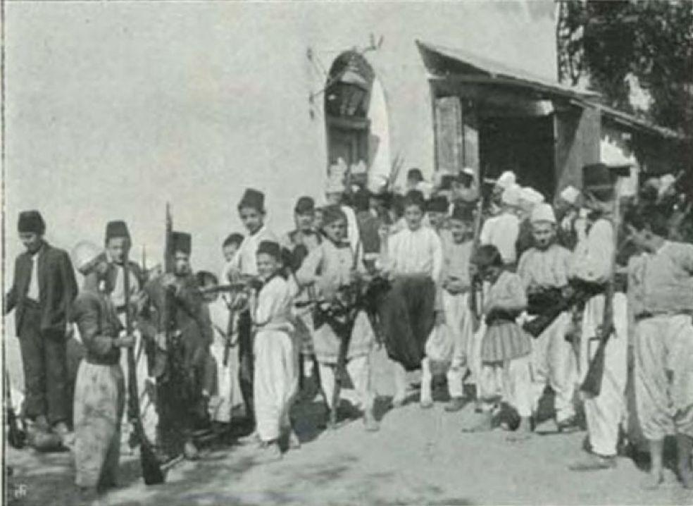 La distribuzione delle armi ai ragazzi musulmani di Scutari Shkoder Shkodra Albania