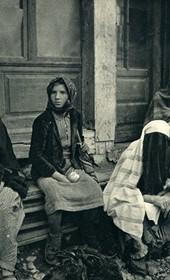 GM009: Women at Shkodra market (Photo: Giuseppe Massani, 1940).