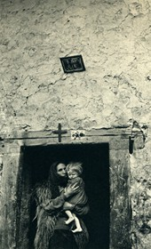 GM036: Woman and child at a doorway in the Shala Valley (Photo: Giuseppe Massani, 1940).