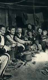 GM037: Family in the Shala Valley huddled around the fireplace (Photo: Giuseppe Massani, 1940).