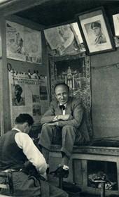 GM066: Shoe shining in Tirana (Photo: Giuseppe Massani, 1940).