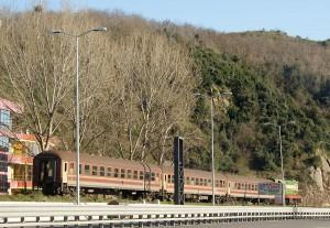 Zug der albanischen Eisenbahn südlich von Durrës