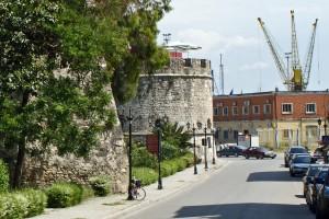 Venezianischer Turm und Stadtmauer beim Hafen