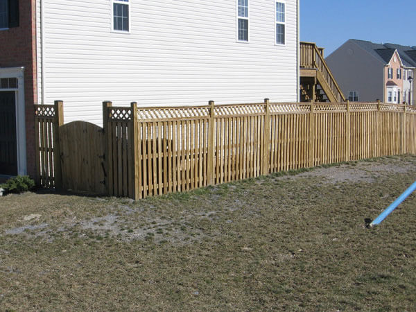 5' Privacy Picket Fence with Gaps with 1' Lattice