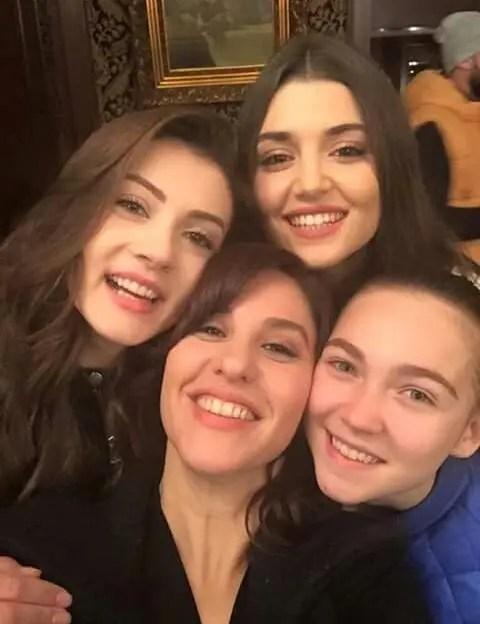 Hande Erçel Gamze ercel aile kız kardeş Kerem Bürsin