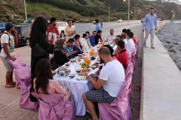 المغاربة يلجأون إلى الشواطئ لمحاربة الحر.. الإفطار على صوت أمواج البحر | البوابة