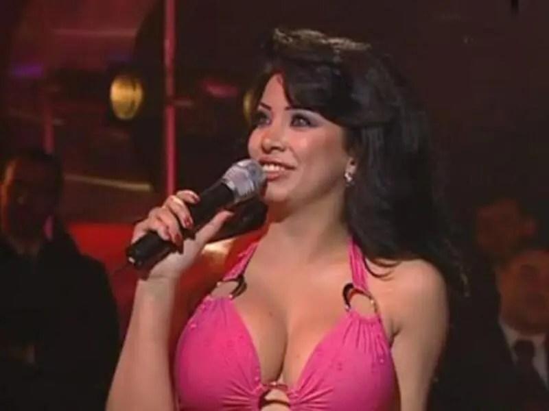 المغنية والممثلة اللبنانية مروى معروفة بملابسها المثيرة