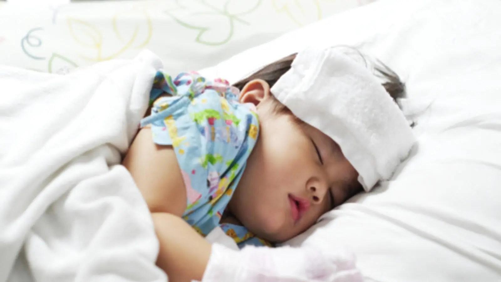 نصائح لخفض حرارة الطفل قبل زيارة الطبيب البوابة