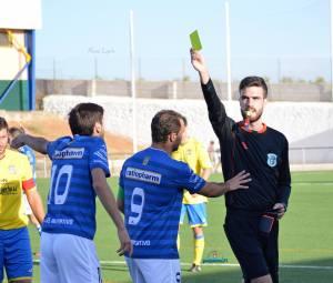El árbitro, Delgado Ruiz, muestra una cartulina | Manuel Zapata