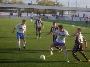 Un jugador del Lopera controla un balón   Lopera Digital